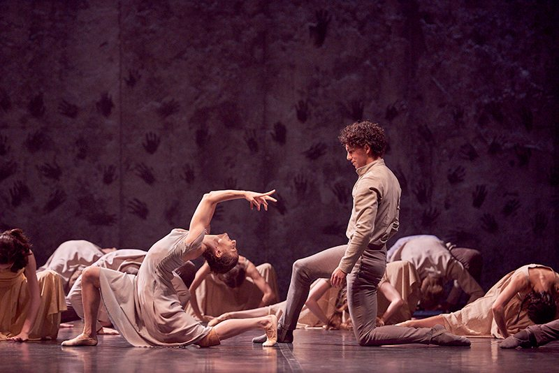 alina-cojocaru-and-isaac-hernandez-in-akram-khans-giselle-c-laurent-liotardo_800x534